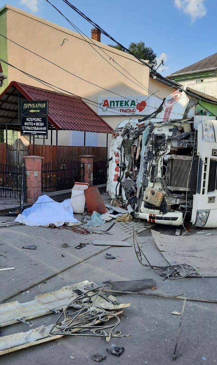 От столкновения грузовик перевернулся.