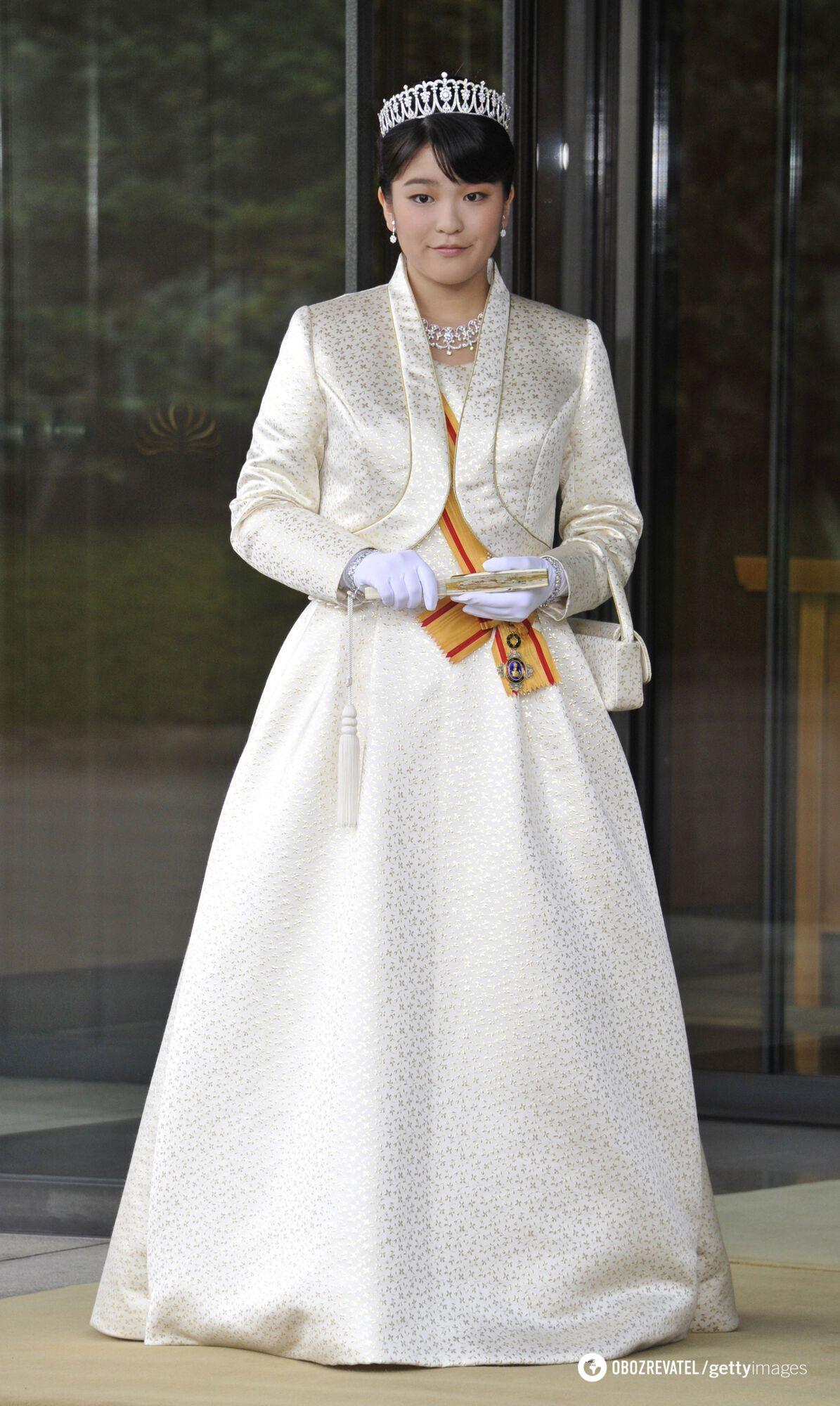 Принцеса Мако в білій сукні