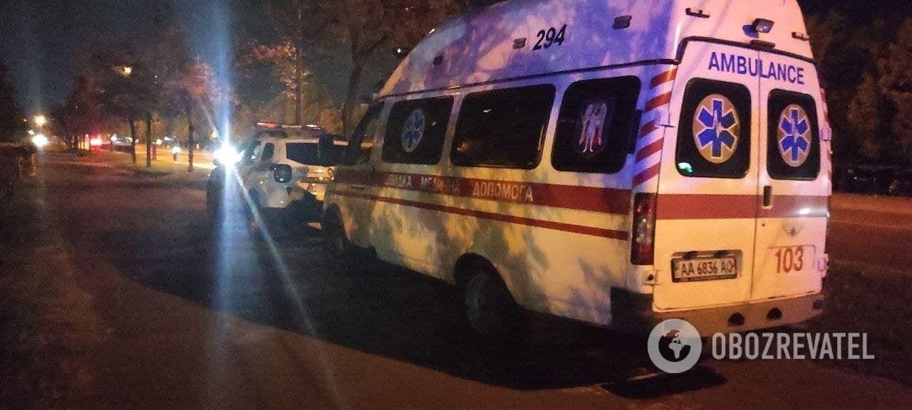 Также приезжали автомобили скорой помощи.