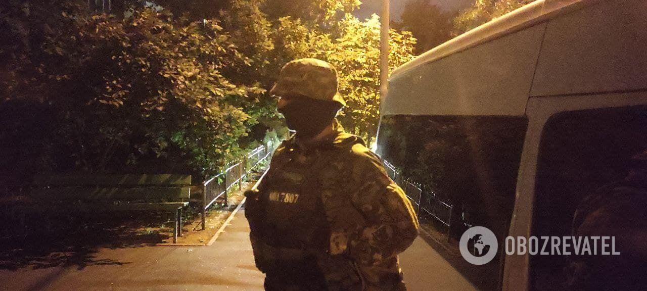 На месте также находился спецназ КОРД.