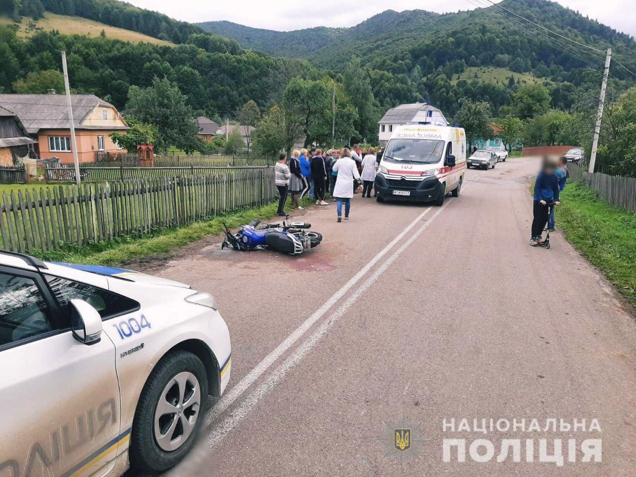 Водитель мотоцикла наехал на троих девочек.