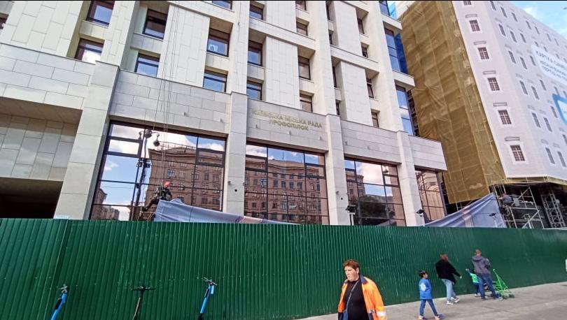 С Дома профсоюзов убрали баннер с Мураевым.