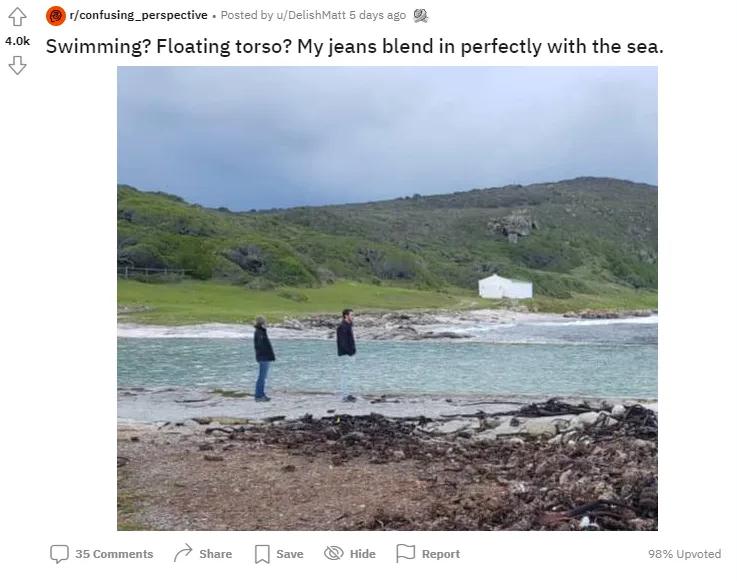 Створюється враження, ніби штани хлопця зливаються з водою