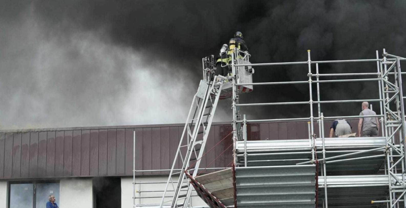 Пожар возник на верхних этажах.