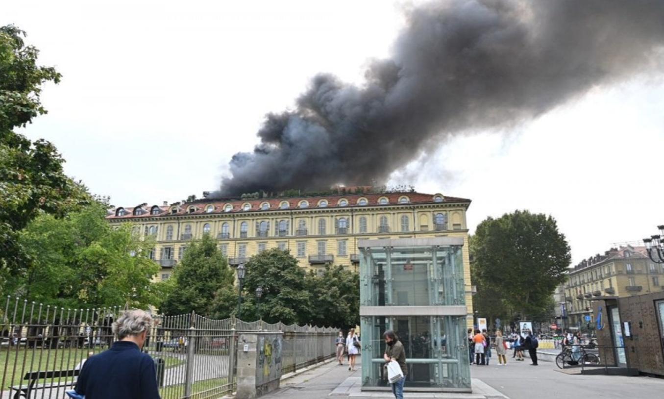 Огромный столб дыма поднимался с крыши.