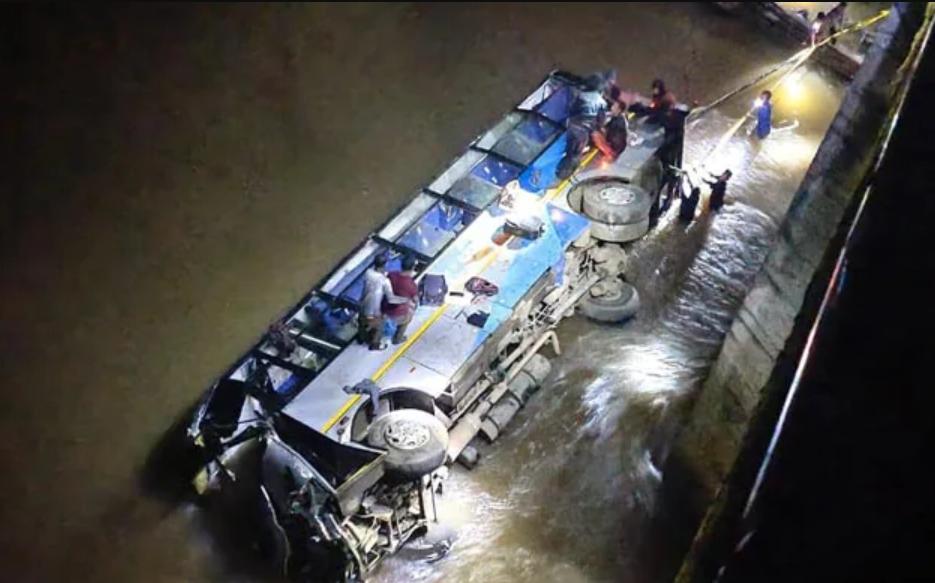 Автобус упал в реку с моста.