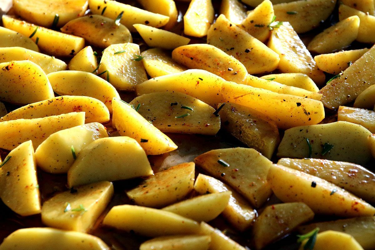 Кулінар розкрила секрет приготування ідеальної печеної картоплі