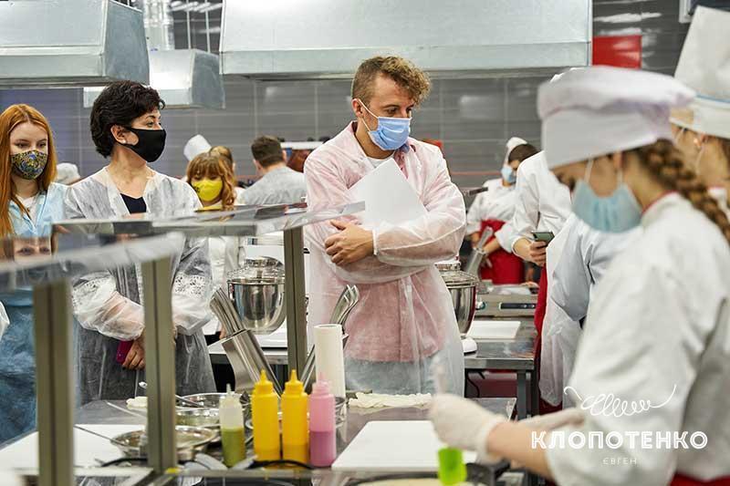 Клопотенко говорит, что в меню нет блюд, которые бы не могли приготовить школьные повара