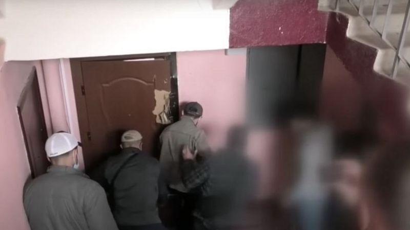 Сотрудники КГБ ломятся в двери.