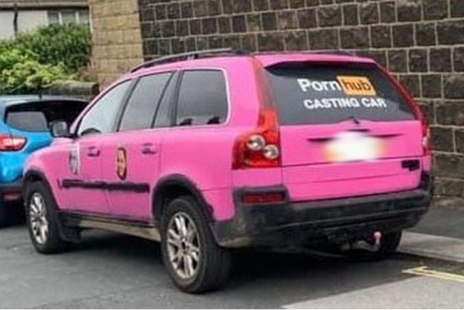 Розовый автомобиль с наклейкой