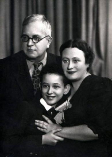 Маленький Вася Михайловський з названими батьками Василем Івановичем і Бертою Савеліївною.