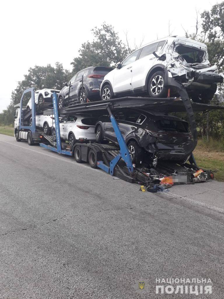Вантажівка, в яку врізався автобус.
