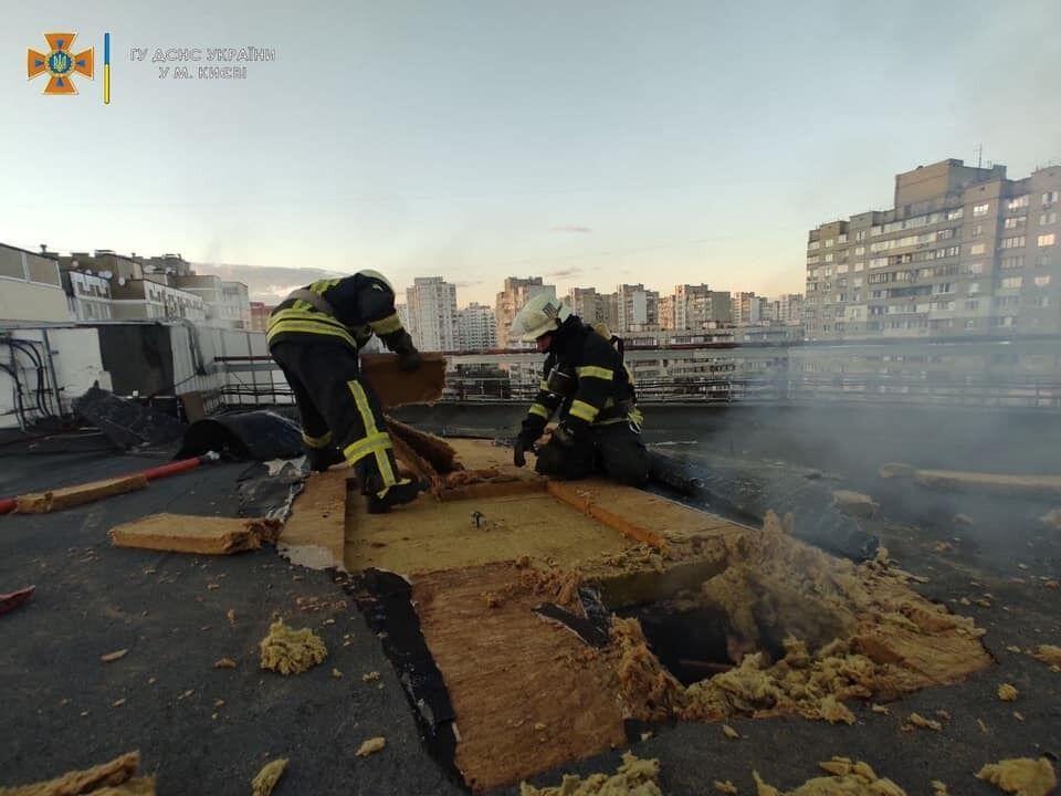 Сотрудники ГСЧС работали на крыше здания