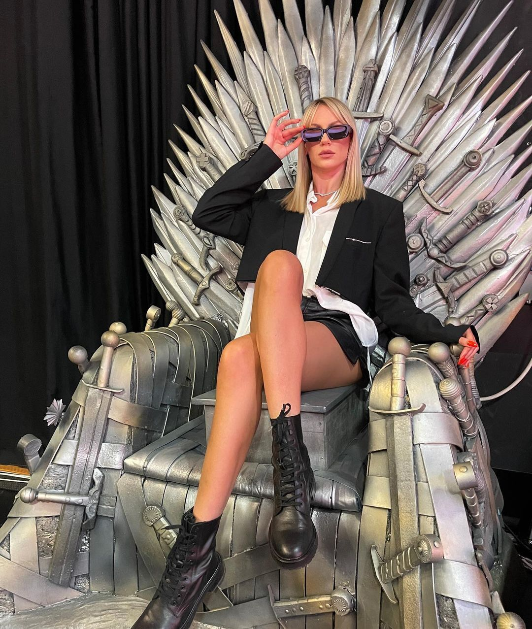 Никитюк устроила пикантную фотосессию на Железном троне