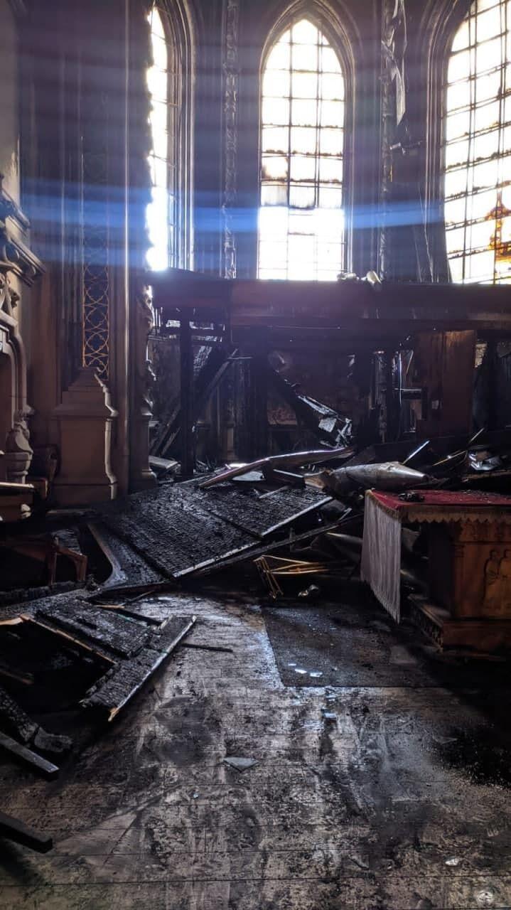 Огонь повредил здание.