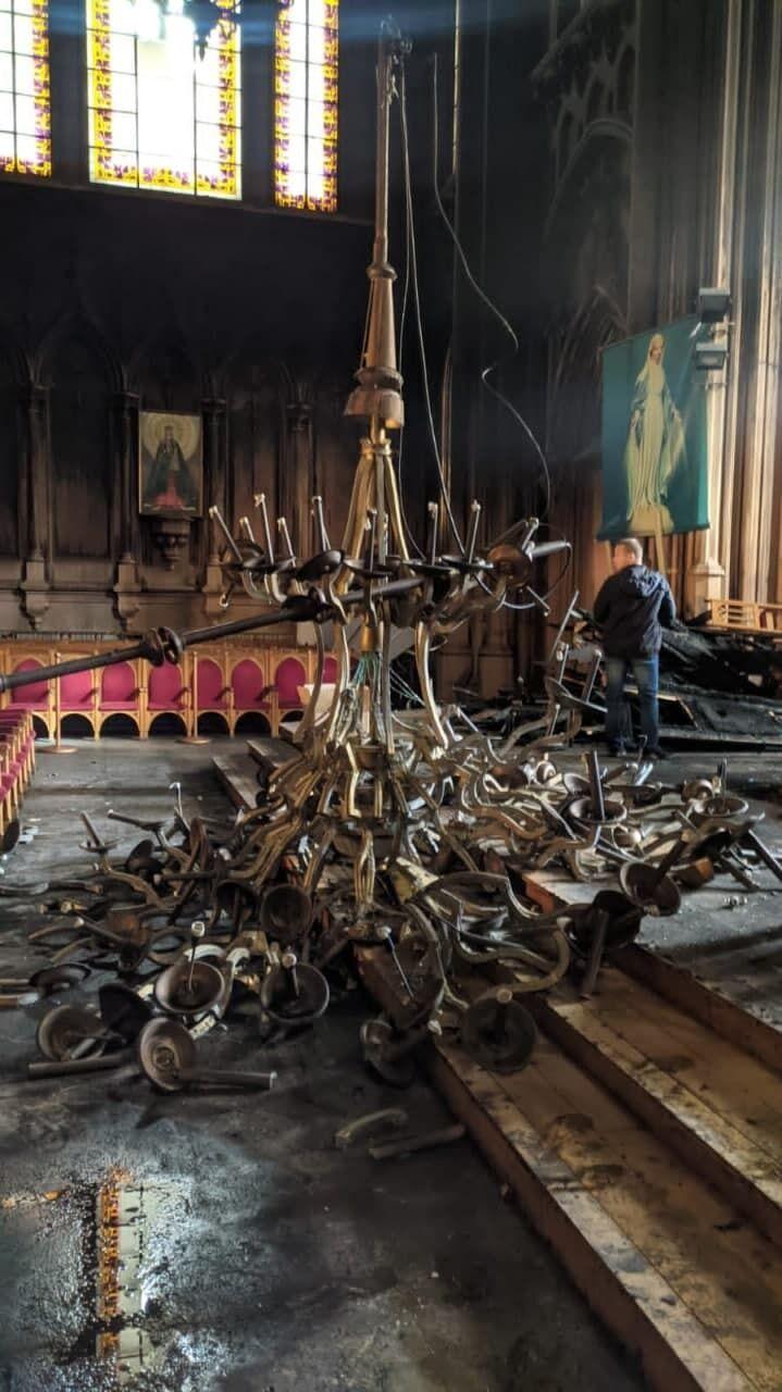 В костеле упала люстра.