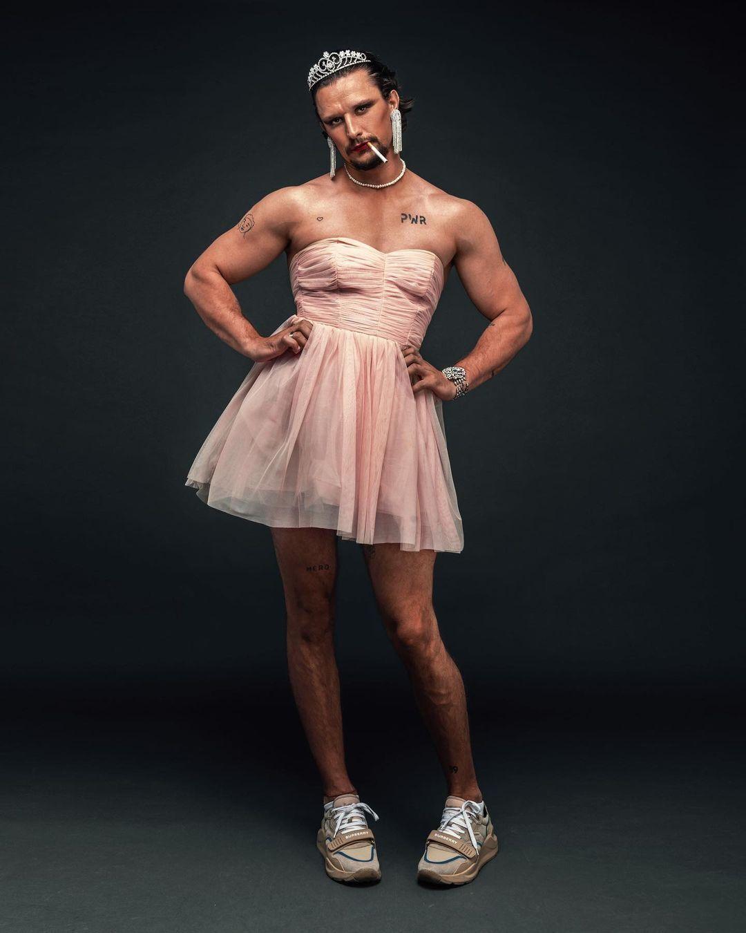 Тарас позирует в розовом коротком платье с декольте