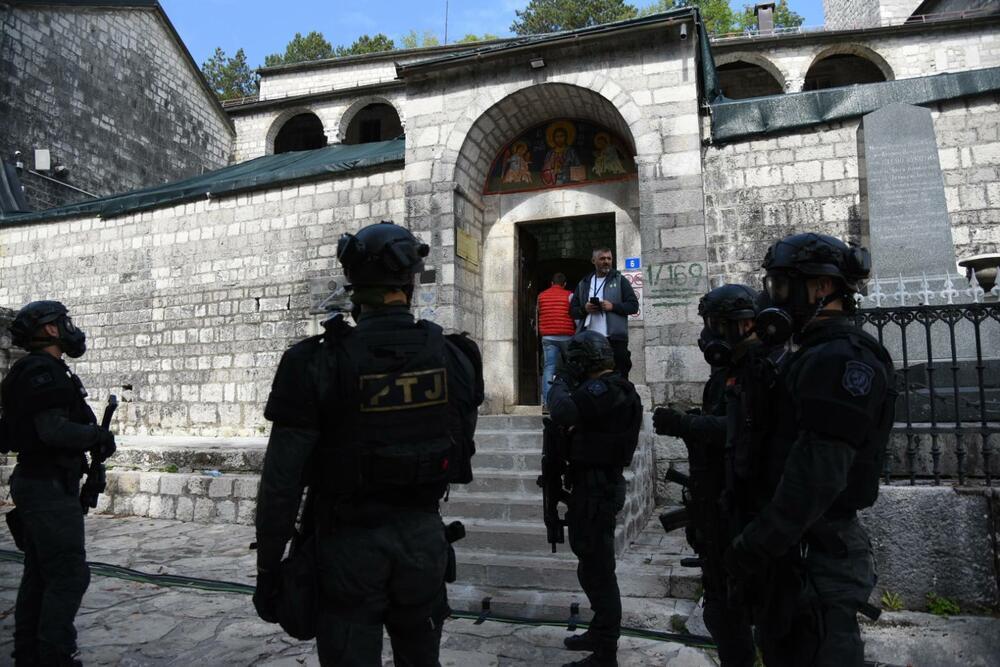Силовики окружили монастырь.