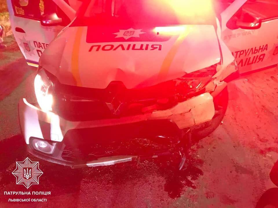 В ДТП пострадали трое людей.