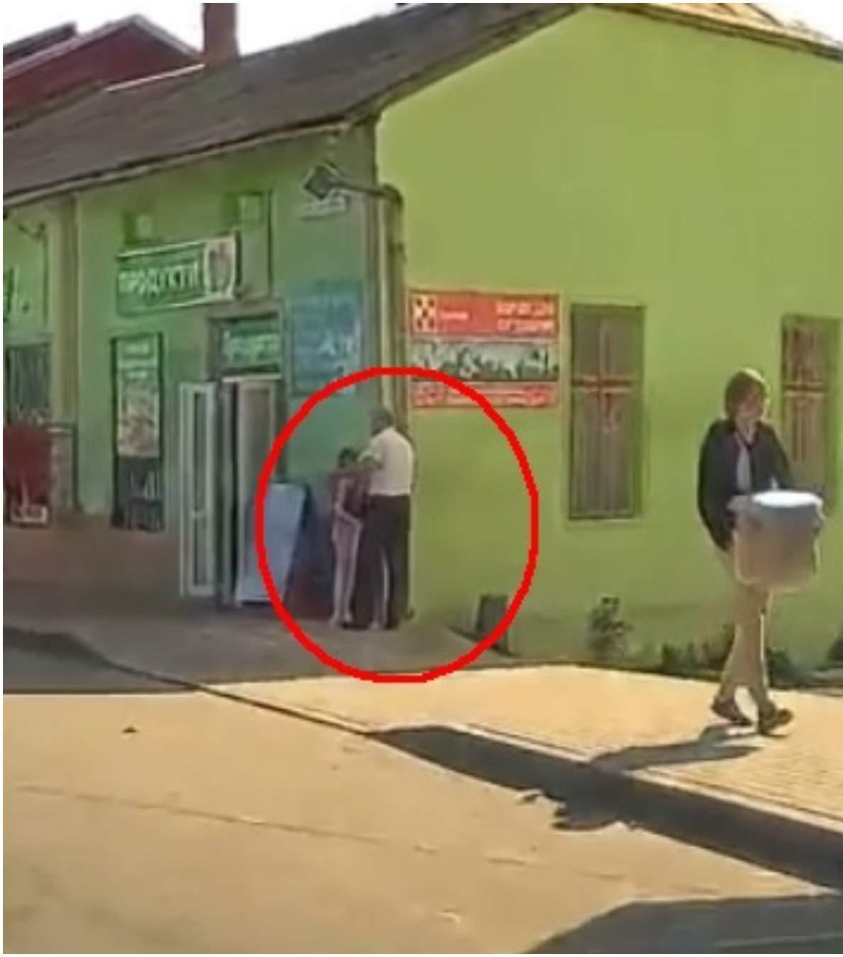 Таня з татом зупинилися на розі магазину, щоб надіти куртку