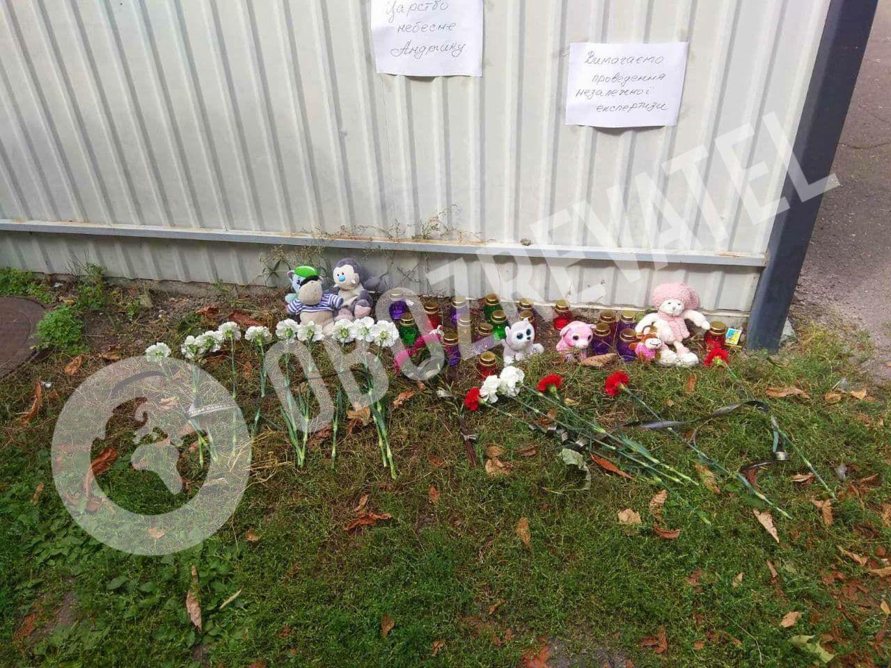 Люди несли цветы и мягкие игрушки к месту трагедии