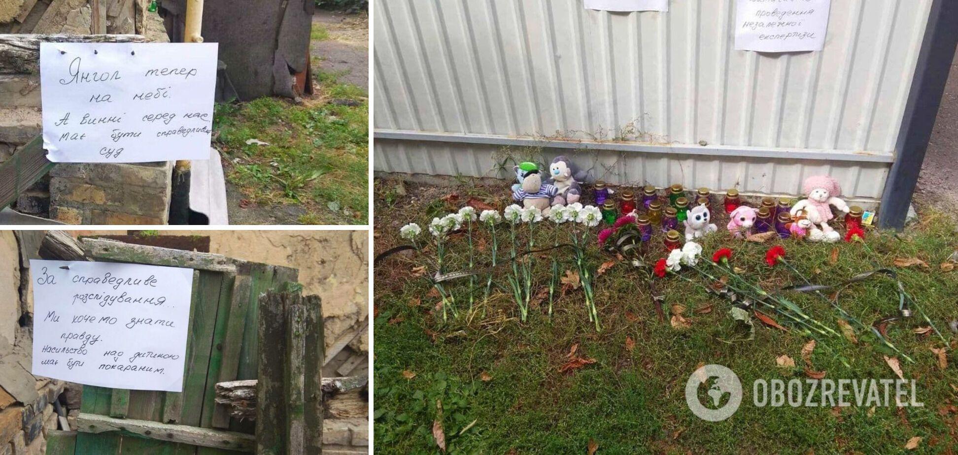 Местные жители несут цветы и игрушки к дому подозреваемых, откуда в больницу забрали ребенка