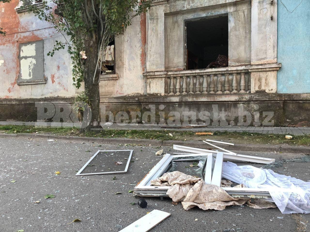 Взрывом выбило окна и двери квартиры.