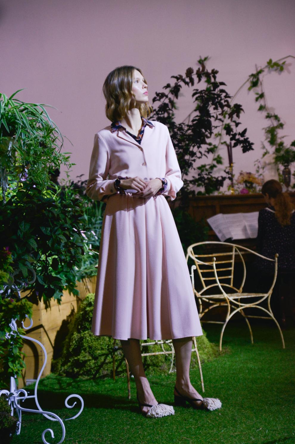 Ніжно-рожева сукня довжини міді