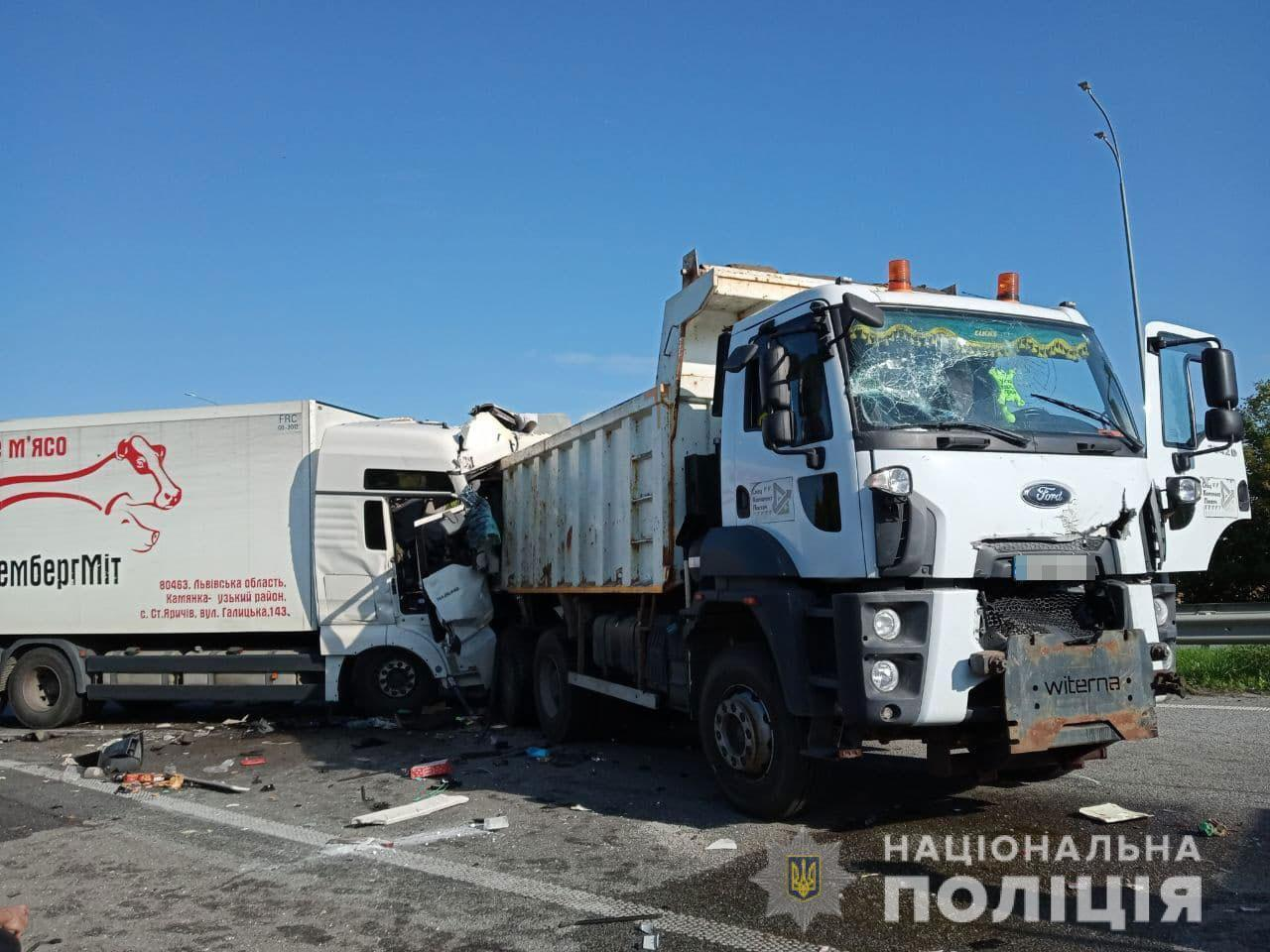 На трасі зіткнулися три вантажівки