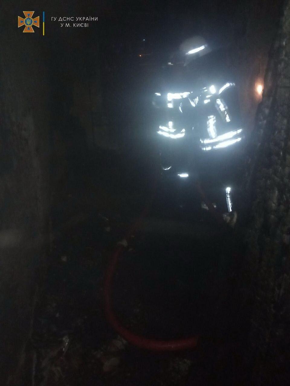 Рятувальники вивели з палаючої квартирі двох пенсіонерів.