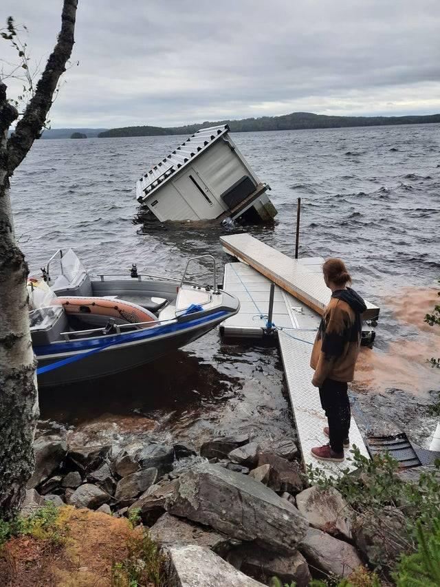 Будиночок на воді зруйнований повністю