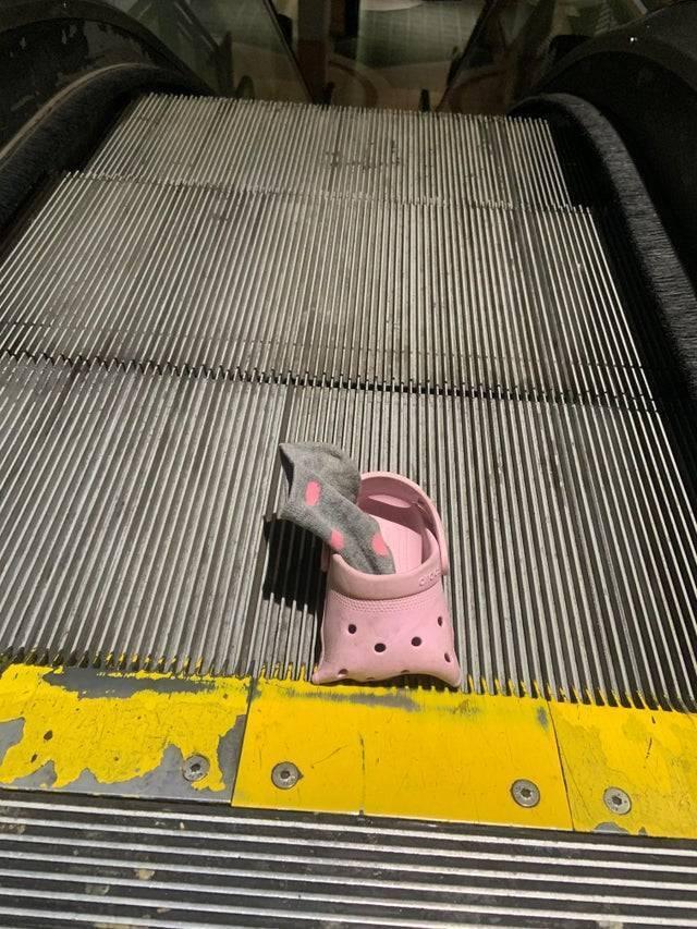 Капець залишився в ескалаторі