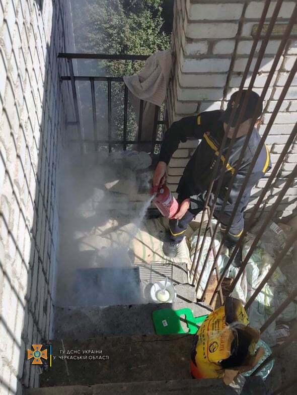 Хасиды на балконе хотели пожарить мясо.