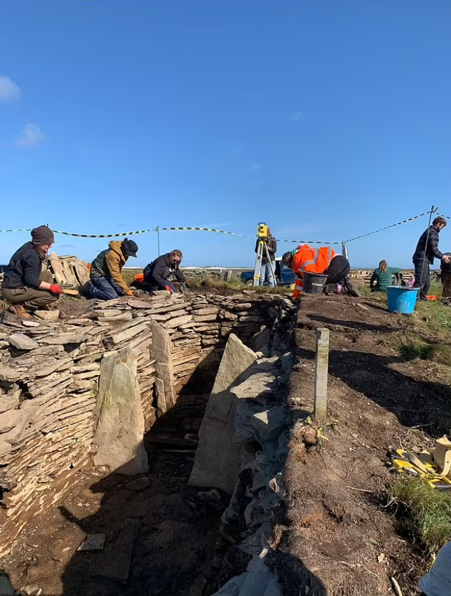Раскопки в гробнице Оркнейских островов