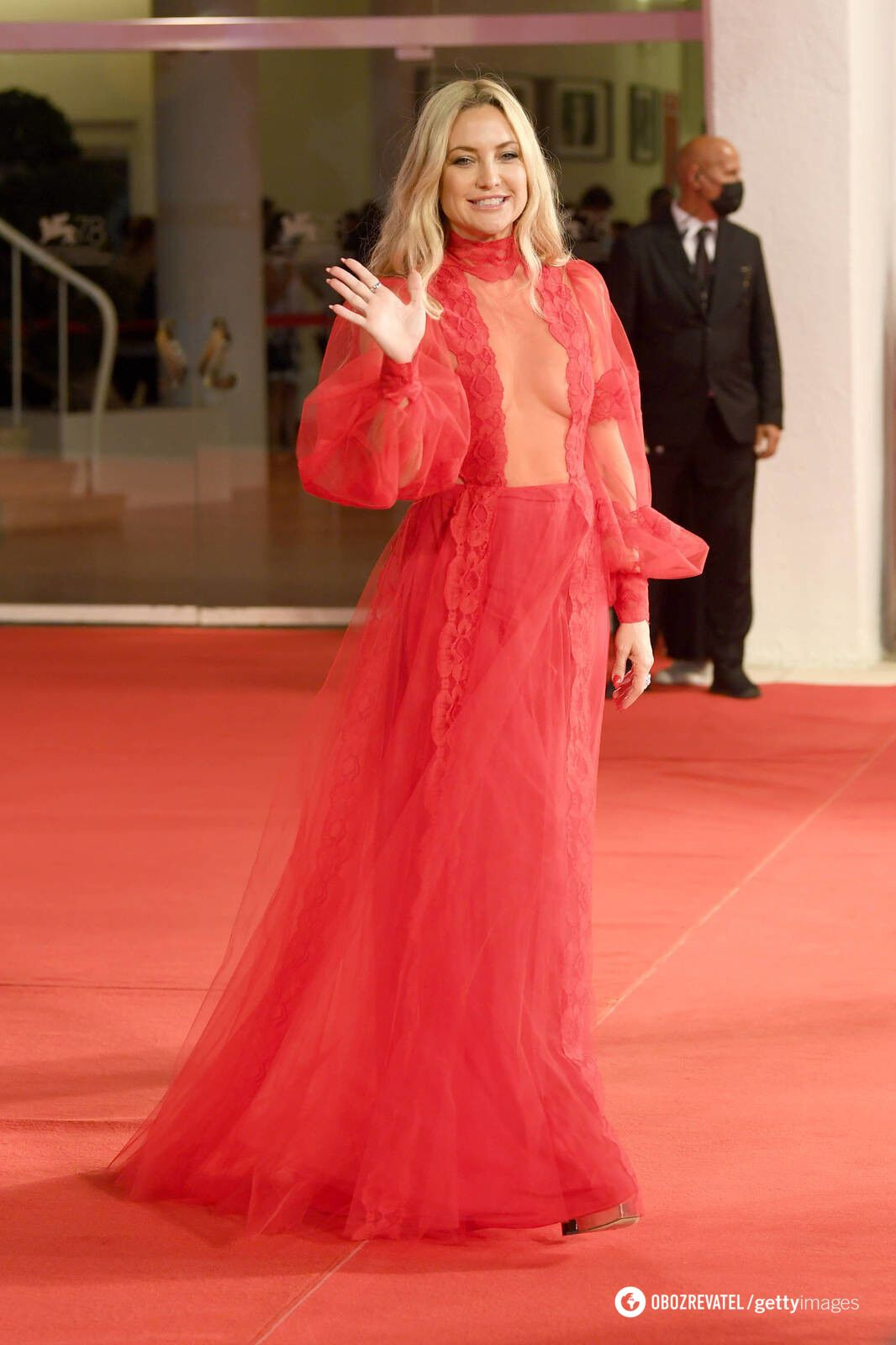 Кейт Хадсон в кутюрном платье от Valentino алого цвета