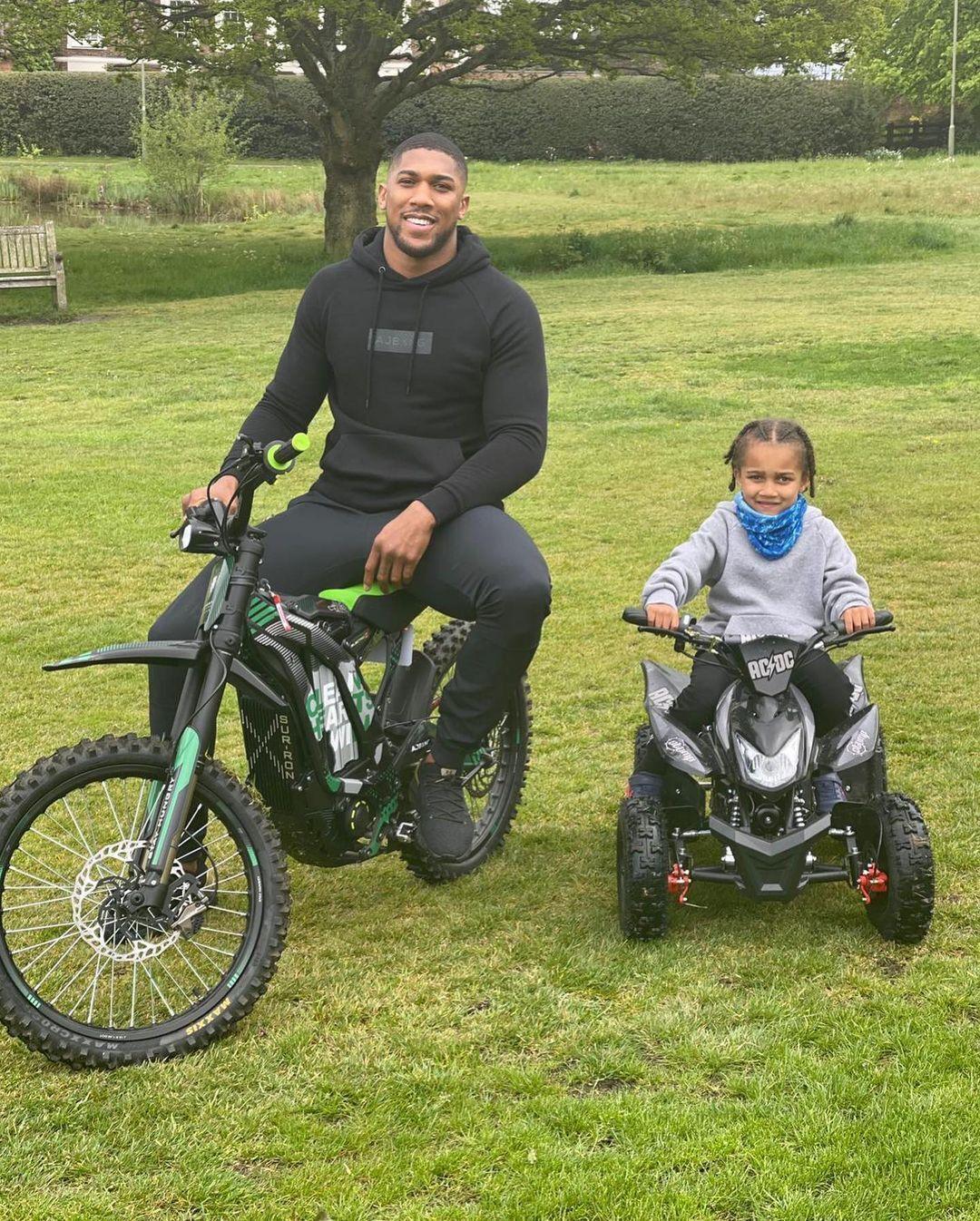 Ентоні Джошуа зі своїм сином.