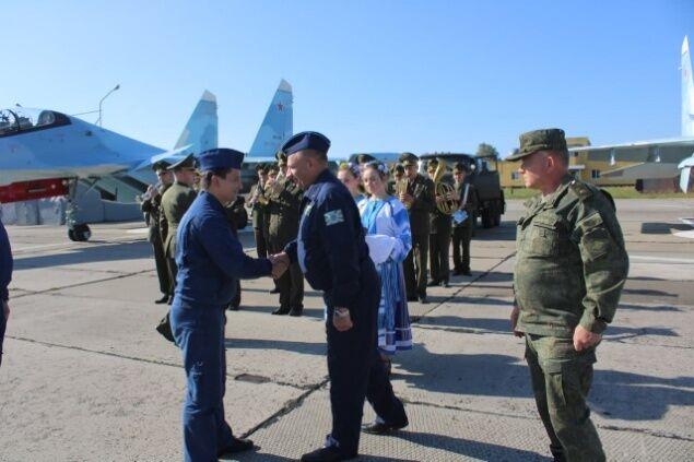 Белорусы вышли к российским военным с караваем