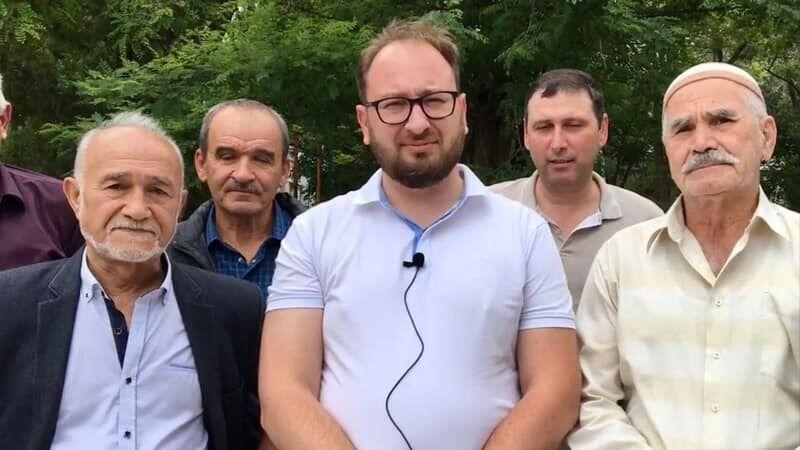 Ельдар Менсеітов за Миколою Полозовим (у синій сорочці)