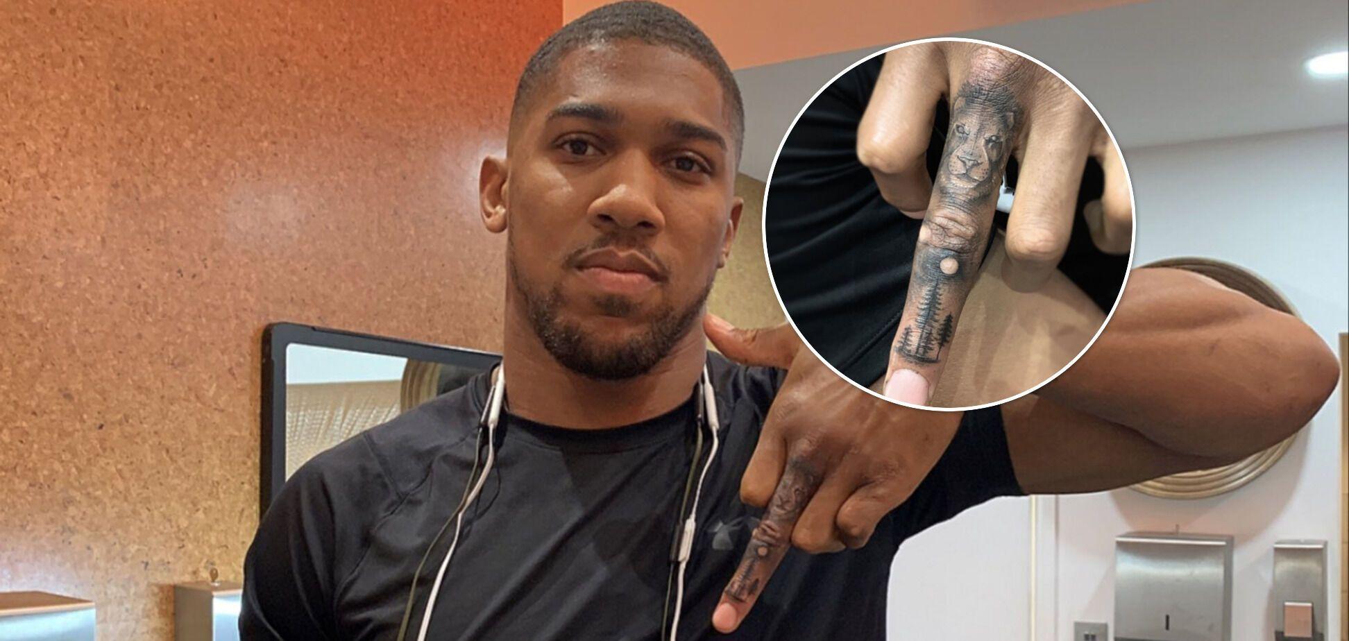 Татуювання Ентоні Джошуа на пальці.