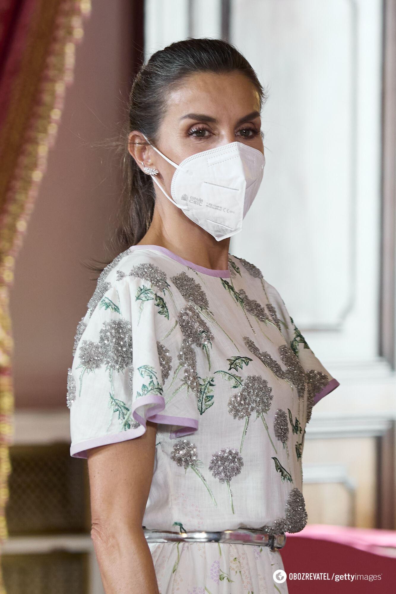 Королева Летиция в стильном наряде
