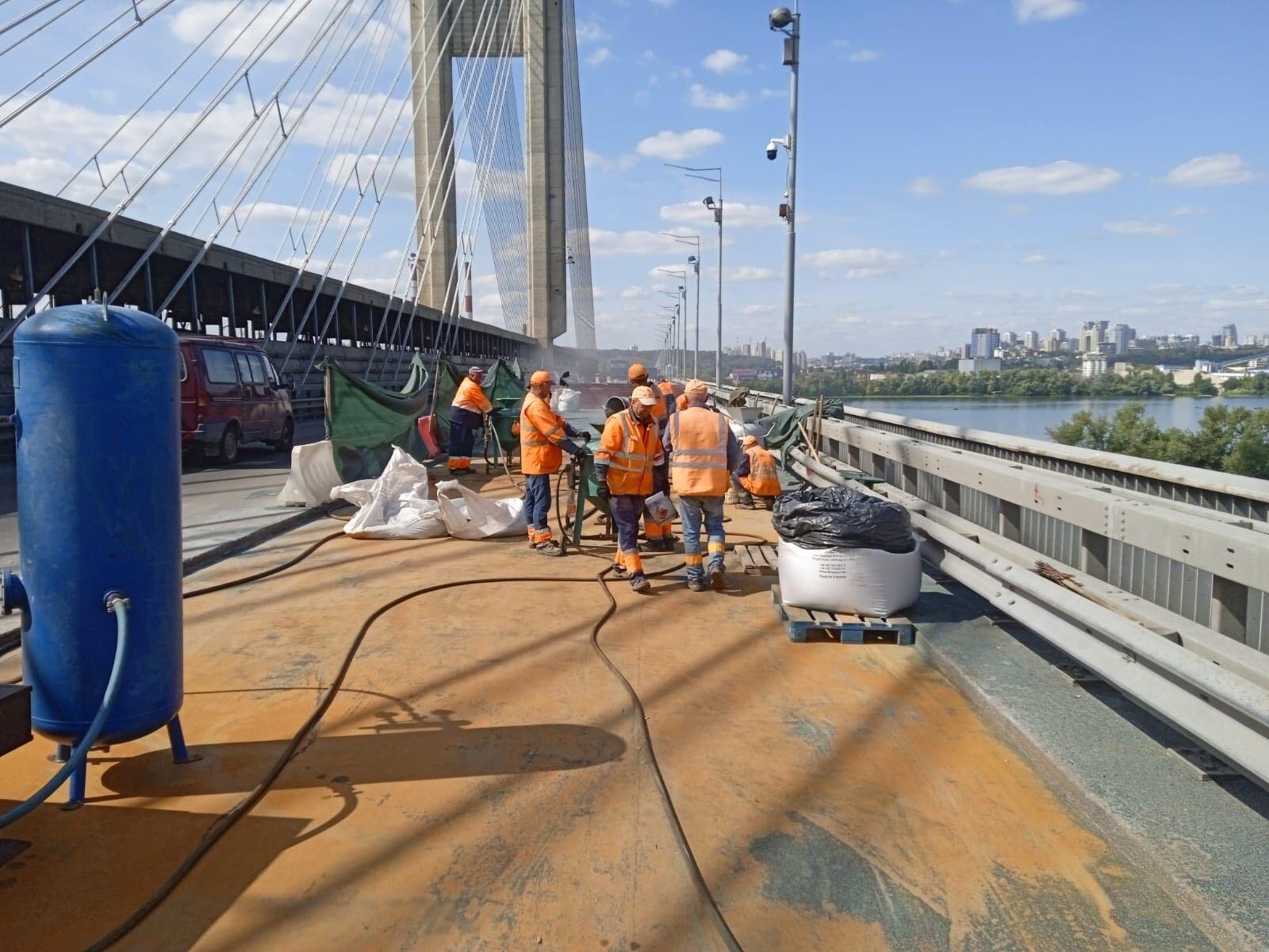 Работники начали наносить слой гидроизоляции.