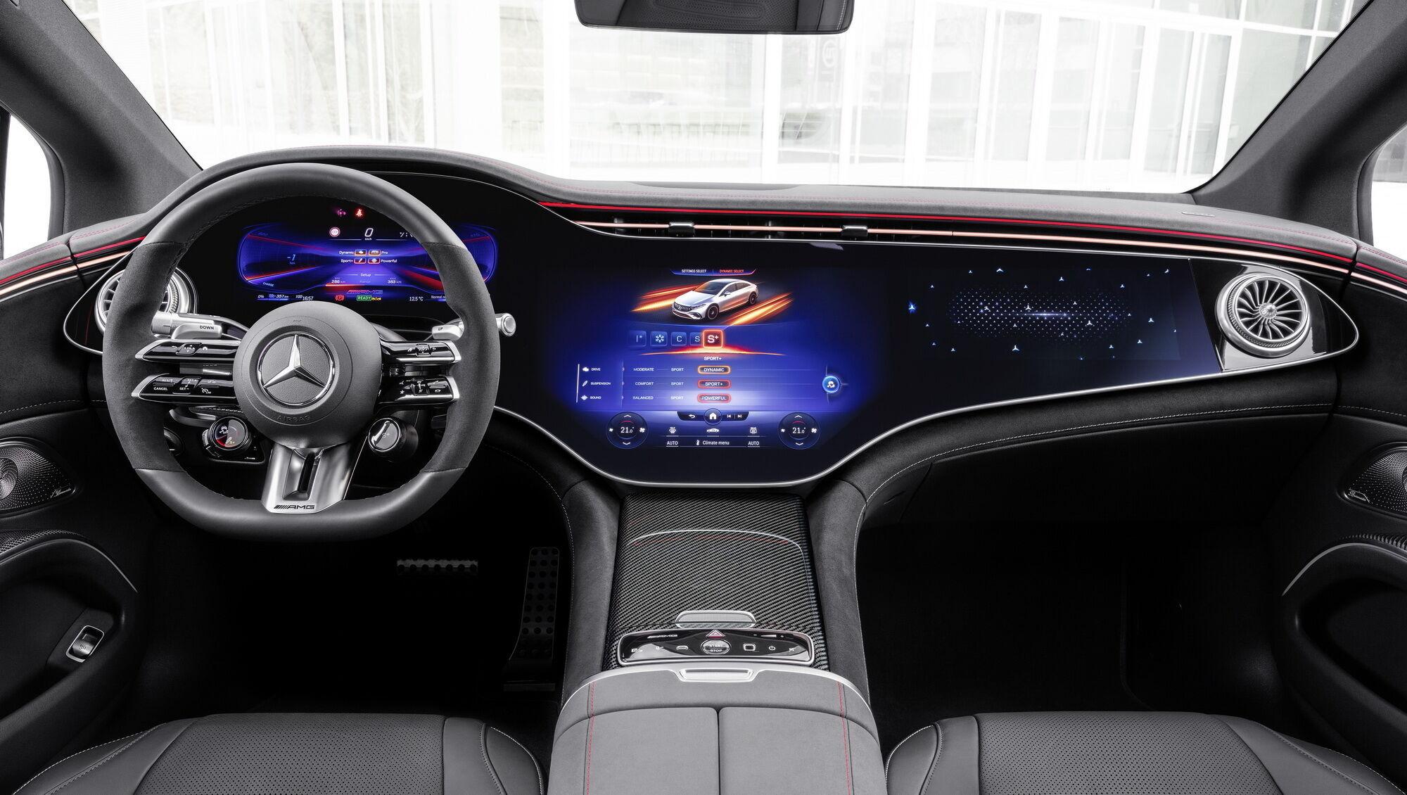 В салоне центральное место занимает огромная цифровая панель Hyperscreen с тремя экранами под единым стеклом и собственной графикой