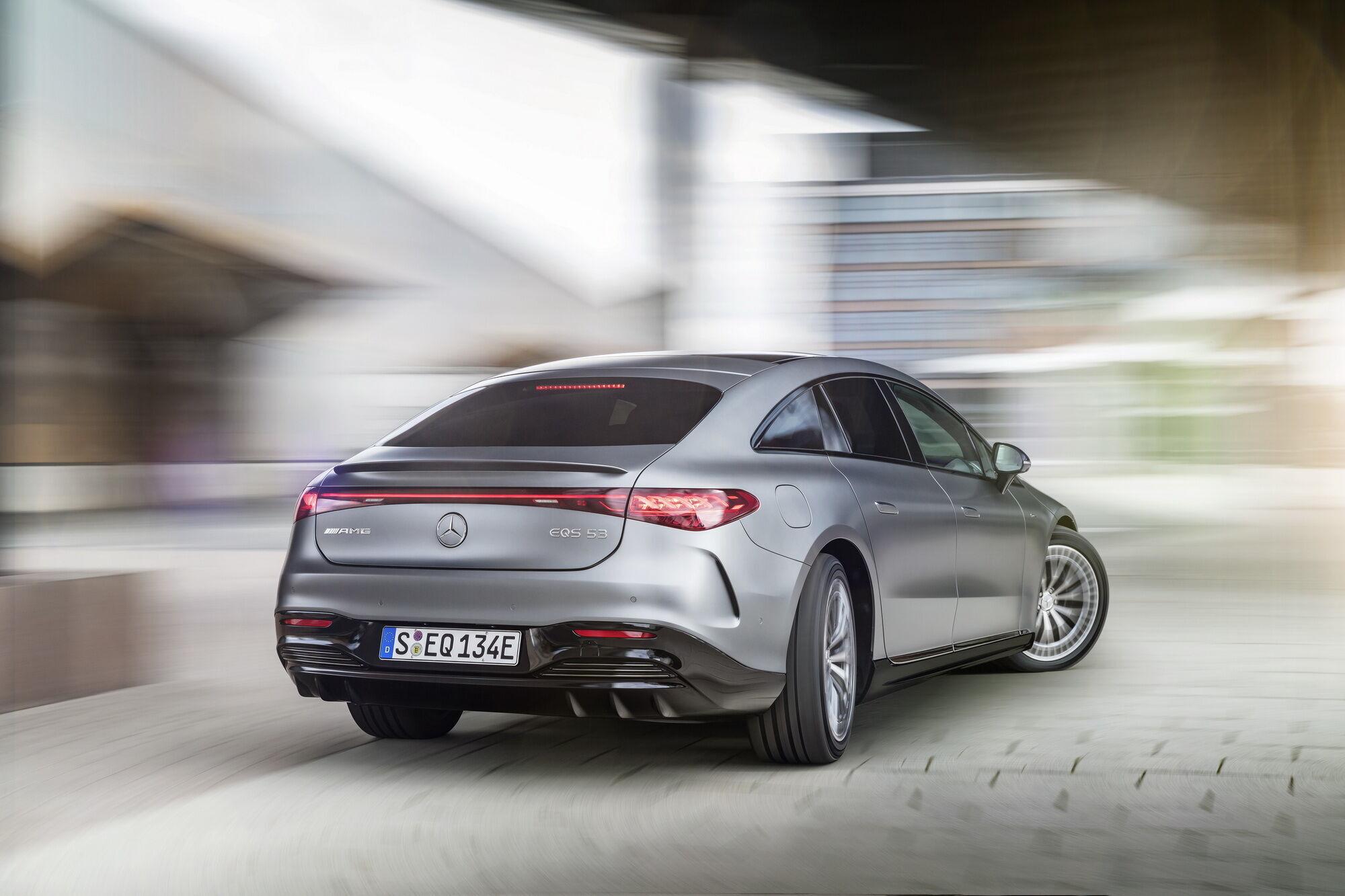Задние колеса могут поворачиваться на угол до 90 градусов в противоположную сторону с передними (до 60 км/ч), а на скорости свыше 60 км/ч — в ту же сторону.