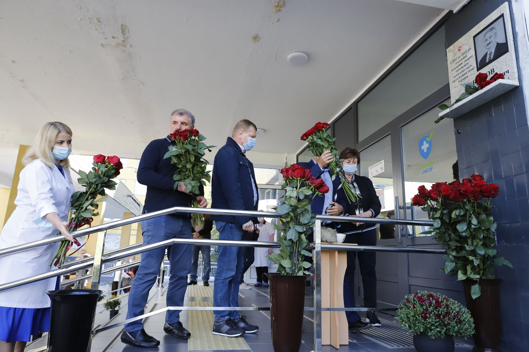 На центральном входе городской клинической больницы № 4 установили мемориальную доску Константину Чебанову