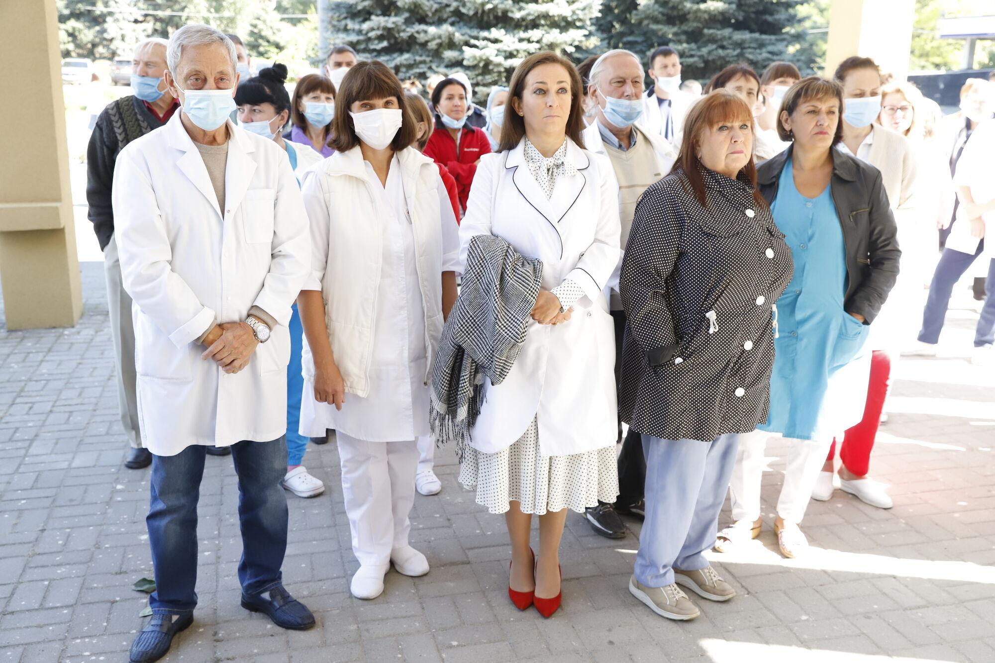 На открытие мемориальной доски врачу пришли друзья, коллеги и пациенты, которым он помог