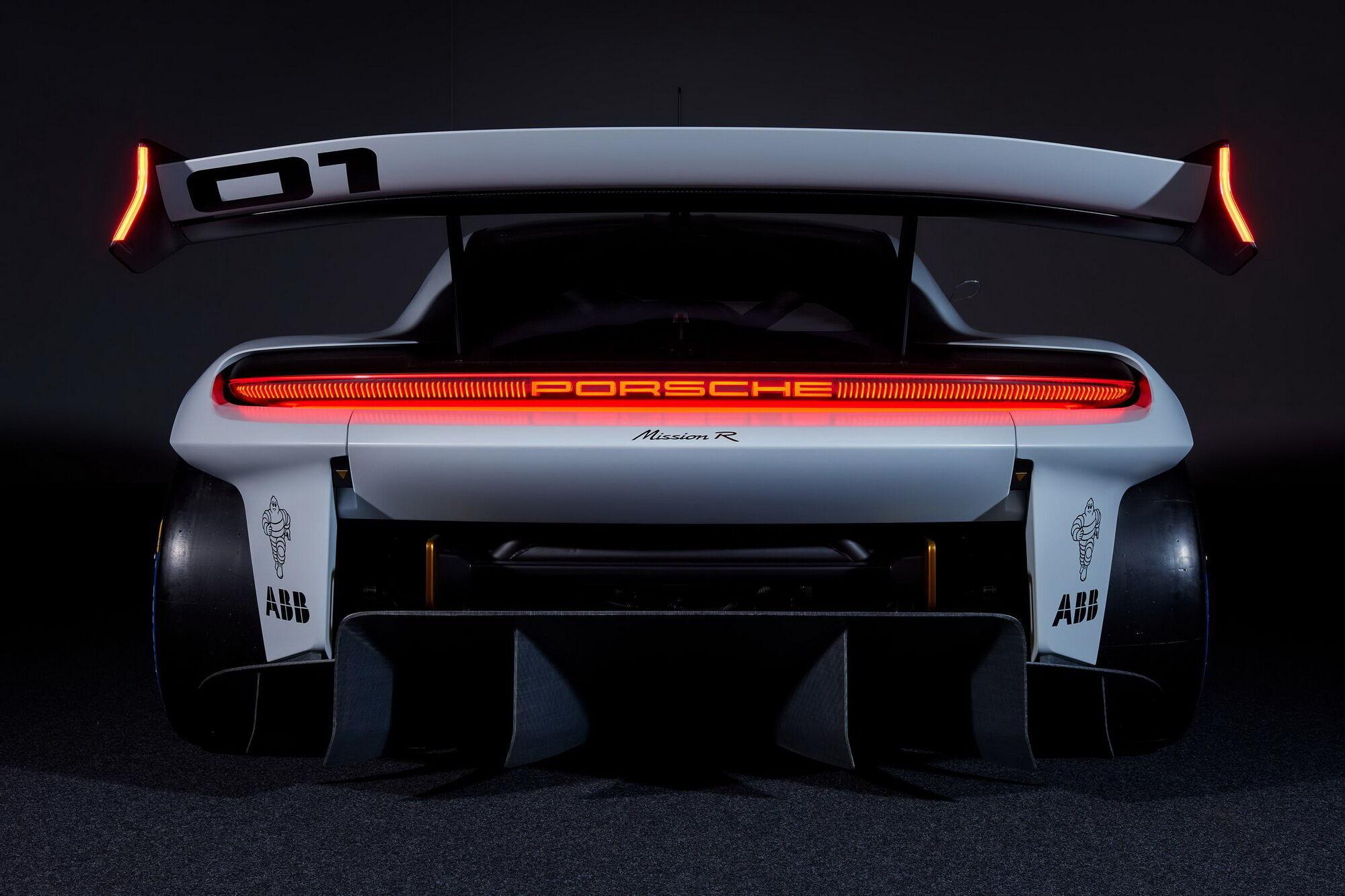 В Mission R используется технология Porsche Active Aerodynamics (PAA) с системой Drag Reduction System (DRS)