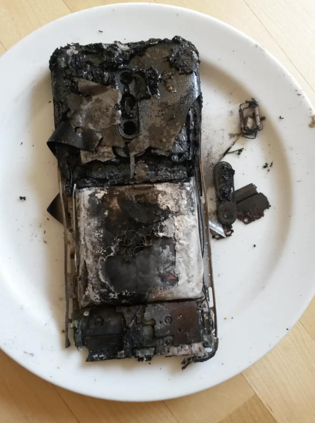 Телефон згорів у вогні