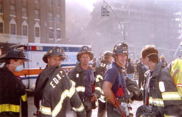 Кадр, снятый во время спасательной операции 11 сентября 2001. Стив Бушеми крайний слева.