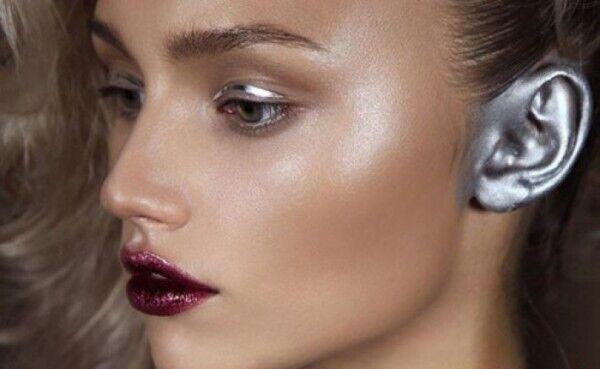 Макіяж для вух також намагалися просунути в 90-ті роки