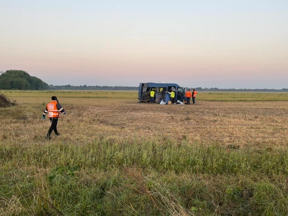 Mercedes Sprinter після зіткнення з автобусом винесло в поле